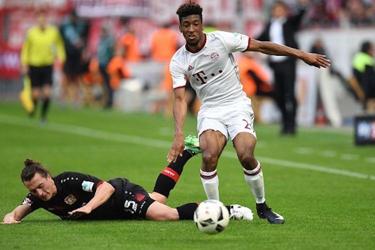 Kingsley Coman menghindari hadangan Julian Baumgartlinger saat Bayern Muenchen bertandang ke markas Bayer Leverkusen pada pertandingan Bundesliga 1, Sabtu (15/4/2017).