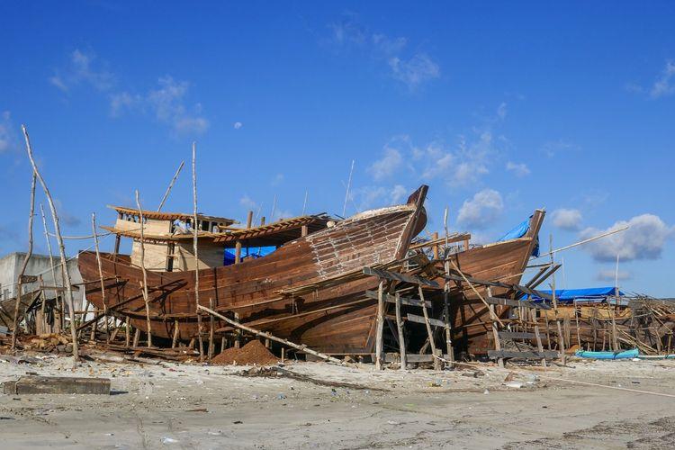 Phinisi Suku Bugis di galangan kapal DOK. Shutterstock/Cyrille Redor