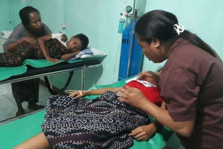 Para korban dugaan keracunan makanan sedang dirawat di Klinik Balai Pengobatan Elisabeth Nita, Kabupaten Sikka, NTT.