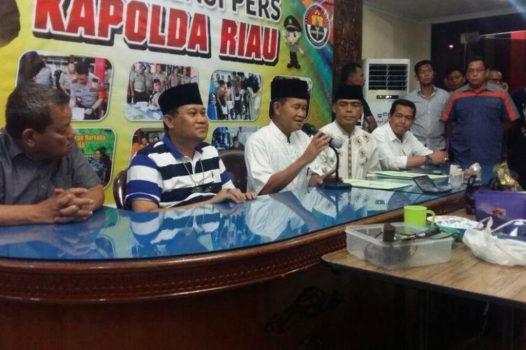 Kapolda Riau Irjen Pol Nandang dan Rektor Universitas Riau Aras Mulyadi menggelar konferensi pers terkait penangkapan tiga terduga teroris dan penyitaan empat bom siap pakai dari gelanggang mahasiswa Universitas Riau, Sabtu (2/6/2018).