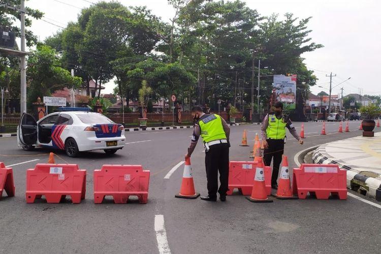 Petugas Kepolisian melakukan penutupan jalan di sekitar Alun-alun Purbalingga, Jumat (9/7/2021).