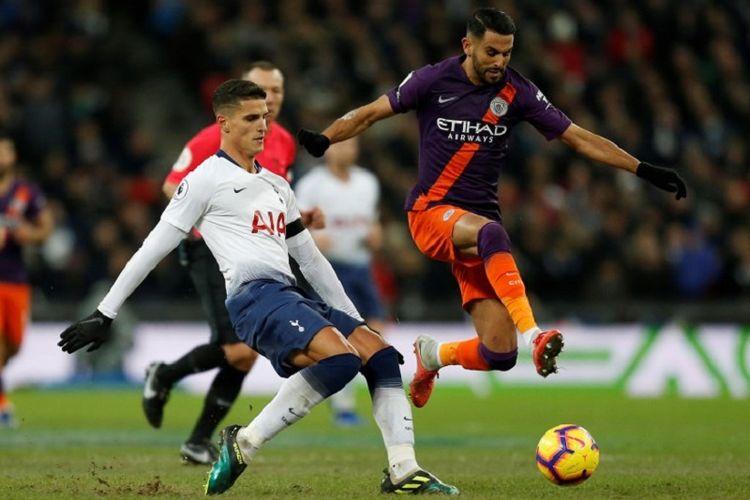 Erik Lamela mencoba menahan laju Riyad Mahrez pada pertandingan Tottenham Hotspur vs Manchester City di Stadion Wembley dalam lanjutan Liga Inggris, 29 Oktober 2018.
