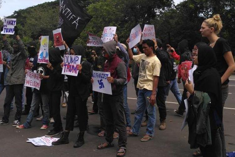 Sejumlah masyarakat melakukan protes terhadap kebijakan Presiden Amerika Serikat Donal Trump. Aksi itu dilakukan di depan Kedutaan Besar Amerika Serikat di Jakarta, Sabtu (4/2/2017)