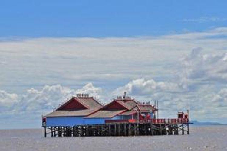 Klenteng Timbul atau Pekong Laut, sebutan populer untuk Klenteng Xiao Yi Shen Tang atau Darma Bakti yang mulai dibangun pada 1960-an. Banyak peziarah yang bersembahyang kepada dewa-dewa Tao. Berlokasi di kawasan lepas pantai Muara Kakap, Kalimantan Barat.