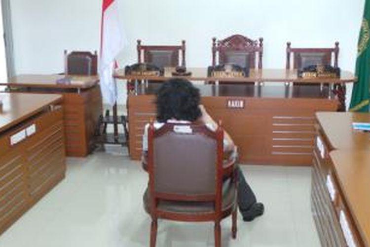 AQJ alias Dul sebelum mengikuti jalannya sidang tuntutan di Pengadilan Negeri Jakarta Timur. Rabu (18/6/2014).