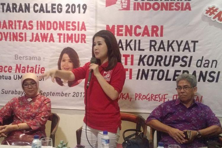 Ketua umum PSI, Grace Natalie (tengah)