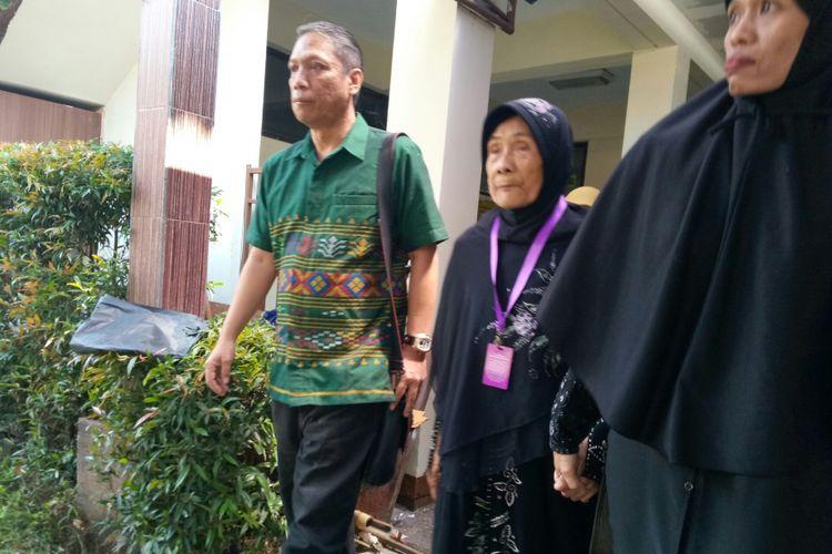 Ibu Cicih (78) didampingi kuasa hukumnya, Hotma Agus Sihombing, tengah berjalan di lobi menuju ruang mediasi di Pengadilan Negeri Bandung, Jalan RE Marthadinata, Kota Bandung, Selasa (27/2/2018).