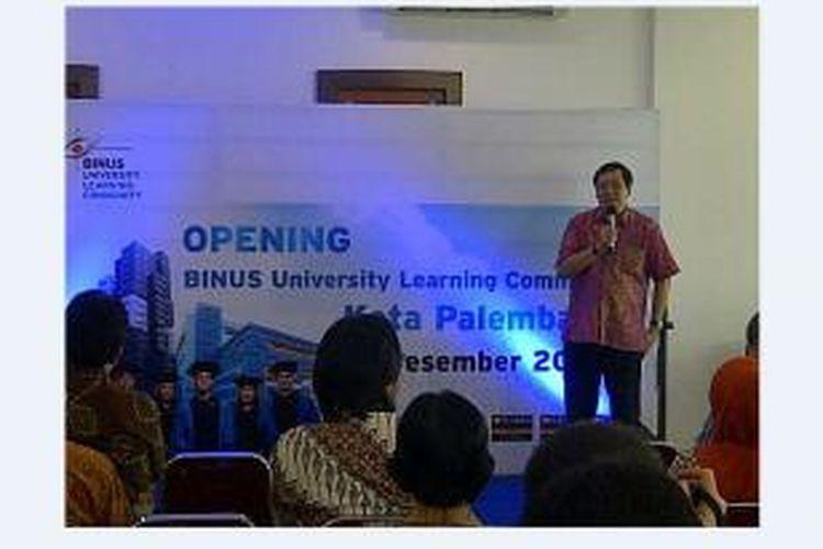 Rektor Binus University, Prof Harjanto Prabowo, saat meresmikan Binus University Learning Community (BULC) dan Unit Sumber Belajar Jarak Jauh (USBJJ) di Rukan Taman Harapan Indah, Palembang, Jumat (15/12/2014).