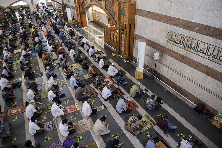Umat Islam menjaga jarak saat mendengarkan khutbah shalat Jumat di Masjid Pusdai, Bandung, Jawa Barat, Jumat (5/6/2020). Masjid Pusdai mulai menggelar pelaksanaan ibadah shalat jumat berjamaah dengan menerapkan protokol kesehatan secara ketat menjelang penerapan tatanan hidup normal baru di tengah pandemi COVID-19.