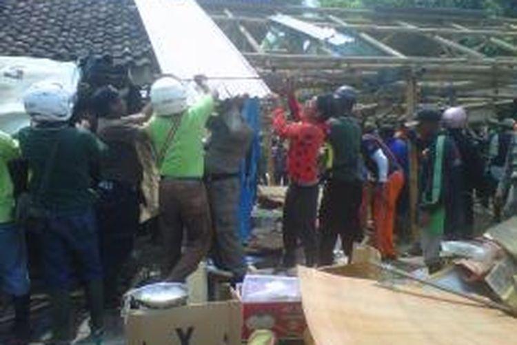 Lapak milik Pedagang Kaki Lima (PKL) di Depan Pasar Sabtuan Jember Jawa Timur, saat digusur, Senin (28/10/13)