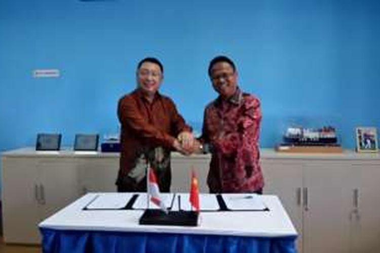Mr.Chen Zhong dari CCCC Ltd(kiri) dan Gembong Primadjaja dari Pelindo Energi Logistik (kanan) usai penandatanganan nota kesepahaman atau MoU di Terminal LNG Pelabuhan Benoa, Denpasar, Bali, Jumat (23/9/2016)
