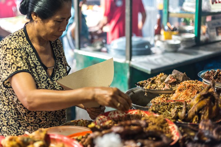 Ilustrasi penjual nasi campur ayam di Bali.