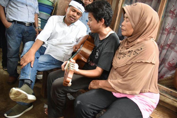 Eka (24), warga Desa Sukaraya, Kecamatan Karang Bahagia, Kabupaten Bekasi, sejak kecil menderita tunanetra. Saat bertemu dengan Dedi Mulyadi, Eka menanyakan ayahnya asal Purwakarta, yang dicarinya selama ini, Sabtu (3/3/2018).