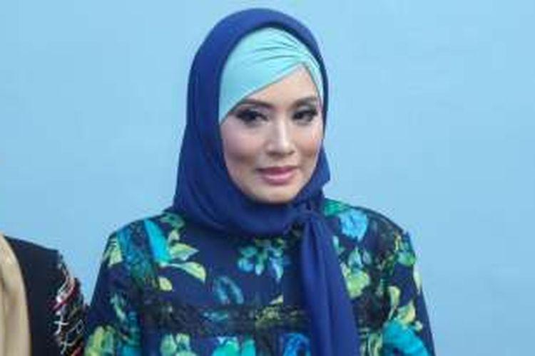 Elma Theana usai menjadi bintang tamu di program bincang-bincang di studio Trans TV, Jakara Selatan, Senin (5/9/2016).
