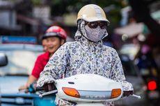Hari Pertama PSBB di Bekasi, Petugas Berikan Masker kepada Pengendara
