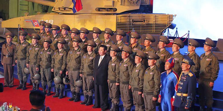 "Netizen Heboh, Kim Jong Un Punya ""Kapten Korea Utara"" Berseragam Biru Ketat"