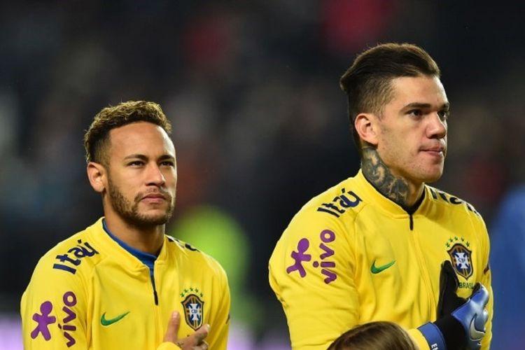 Neymar dan Ederson tengah menyanyikan lagu nasional menjelang laga Brasil vs Kamerun di Milton Keynes, 20 November 2018.