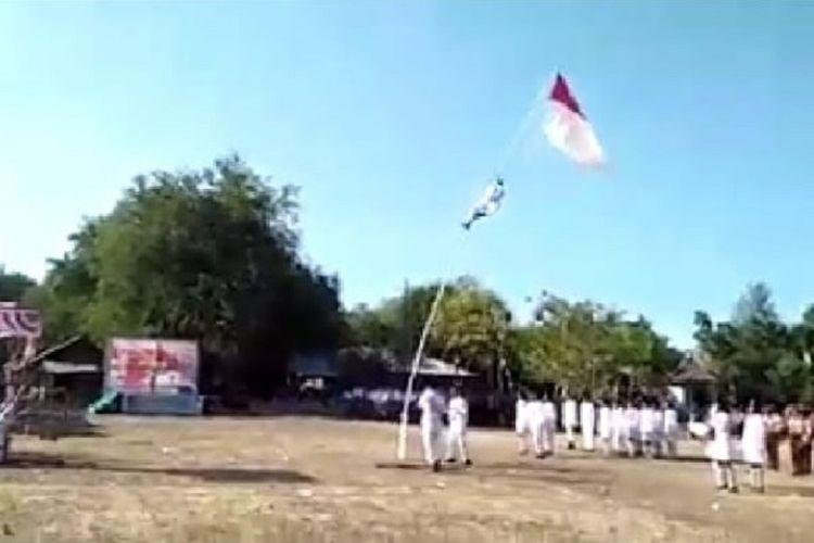 Tangkapan layar detik-detik anggota Paskibra jatuh saat memperbaiki tali pengerek bendera saat upacara penurunan bendera di Kabupaten Alor, NTT, Sabtu (17/8/2019) sore.