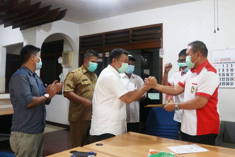 Mayor Jenderal (Purn) Komaruddin Simanjuntak (depan baju putih) saat mendaftar sebagai calon ketua umum Persatuan Tinju Amatir Indonesia (Pertina) periode 2020-2024. Pendaftaran tersebut dilaksanakan di kantor pusat PP Pertina, Jakarta, Senin (7/12/2020).