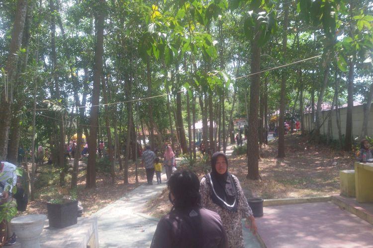 Pengunjung di taman Bhaypark di Pangkal Pinang, Kepulauan Bangka Belitung.