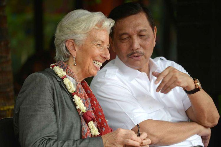 Managing Director International Monetary Fund (IMF) Christine Lagarde (kiri) berbincang dengan Menteri Koordinator Kemaritiman Luhut Binsar Pandjaitan (atas, kanan) dalam kunjungan Lagarde di Cilincing, Jakarta, Rabu (28/2/2018). Lagarde menyambangi Jakarta untuk menghadiri konferensi internasional tingkat tinggi sekaligus persiapan untuk pertemuan tahunan IMF dan Kelompok Bank Dunia yang akan diselenggarakan di Nusa Dua, Bali, Oktober mendatang.