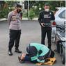Foto Viral Driver Ojol Tiba-tiba Sujud Syukur di Depan Motornya, Ini Ceritanya