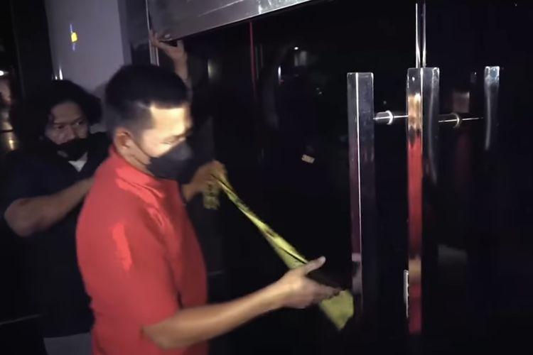 Polisi memasang garis polisi di dua tempat karaoke di Grand Wijaya Center tepat di samping Polres Metro Jakarta Selatan, Kebayoran Baru, Jakarta Selatan pada Kamis (9/9/20210 malam.