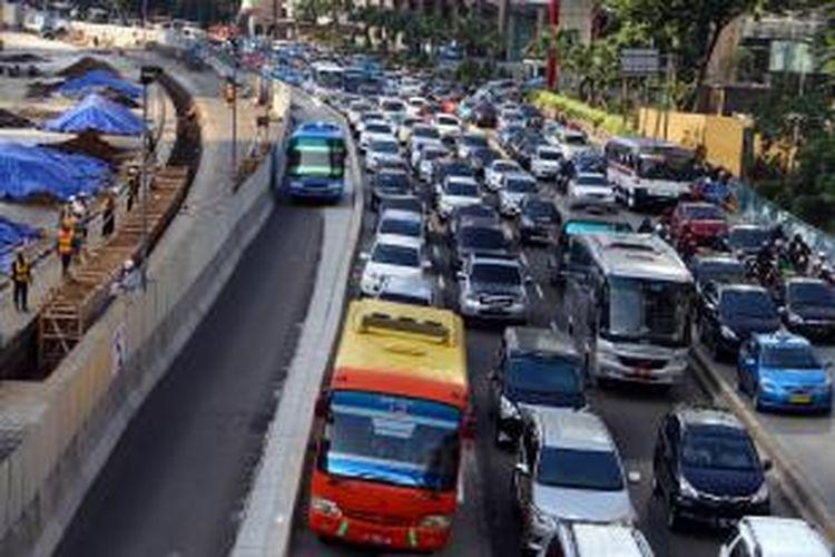 Sejumlah kendaraan terjebak kemacetan panjang di Jalan Sudirman, Jakarta Pusat, Rabu (13/8/2014). Kemacetan terjadi karena imbas dari pengerjaan proyek mass rapid transit (MRT) sepanjang 4,5 kilometer yang diperkirakan akan terjadi hingga lima tahun ke depan. WARTA KOTA/ANGGA BHAGYA NUGRAHA
