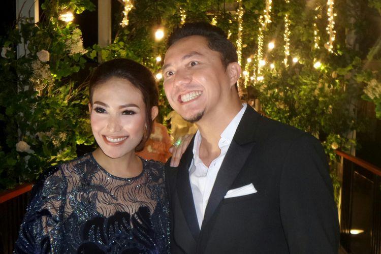 Pembawa acara Ananda Omesh dan Ayu Dewi saat menghadiri resepsi pernikahan Laudya Cynthia Bella dan Engku Emran di Intercontinental Hotel & Resort, Dago Pakar, Jawa Barat, Minggu (8/10/2017).
