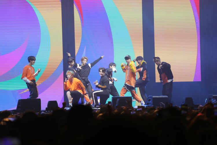 Stray Kids saat beraksi dalam acara Spotify On stage di JIExpo Kemayoran, Jakarta Pusat, Jumat (12/10/2018).
