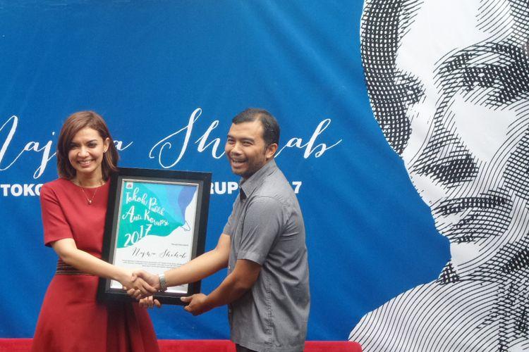 Najwa Shihab menerima penghargaan Tokoh Publik Antikorupsi 2017 oleh ICW di Sekretariat ICW, Jakarta, Kamis (11/1/2018).