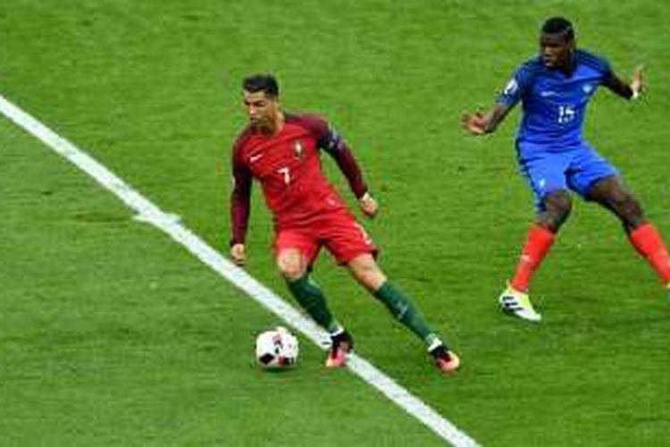 Pemain Portugal, Cristiano Ronaldo (kiri), dan pemain Perancis, Paul Pogba, tampil pada laga final Piala Eropa 2016 di Stade de France, Saint-Denis, pada Minggu (10/7/2016) waktu setempat.