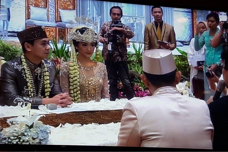 Raditya Dika dan Annisa Aziza seusai prosesi akad nikah di Hrand Ballroom Ritz Carlton, Jakarta Selatan, Sabtu (5/5/2018).