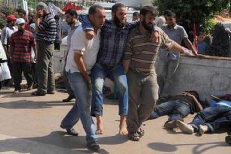 Pendukung Presiden Mesir terguling Muhammad Mursi, terluka dan dilarikan ke rumah sakit pasca-bentrok dengan militer dan polisi di Kairo, 8 Juli 2013. Sebanyak 42 loyalis Mursi tewas ketika berdemonstrasi menentang kudeta militer dan menuntut Mursi diaktifkan kembali menjadi presiden.