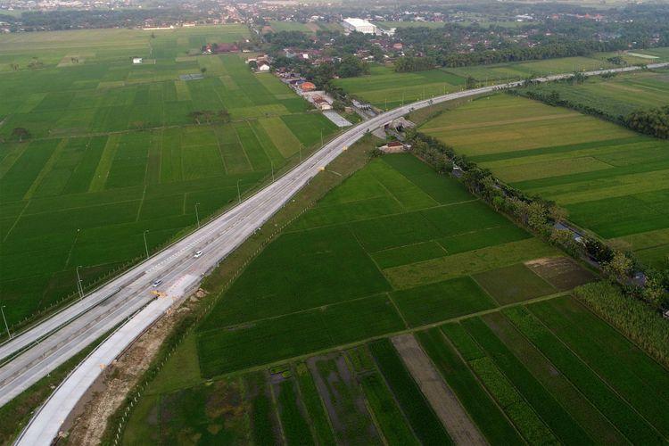 Suasana Simpang Susun Bandar di Tol Kertosono-Mojokerto, Jawa Timur, Minggu (18/6/2017). Tol Kertosono-Mojokerto termasuk dalam jaringan Tol Trans-Jawa dan Jalan tol ini dirancang sepanjang 40,5 kilometer.