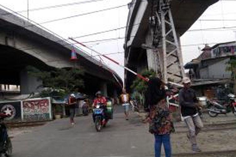 Perlintasan kereta tak resmi di Pademangan. Tak ada rambu ataupun peringatan dan hanya dijaga oleh warga sekitar.
