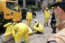 600 Pasukan Kuning Diterjunkan Mengecat Separator Transjakarta yang Dirusak Demonstran