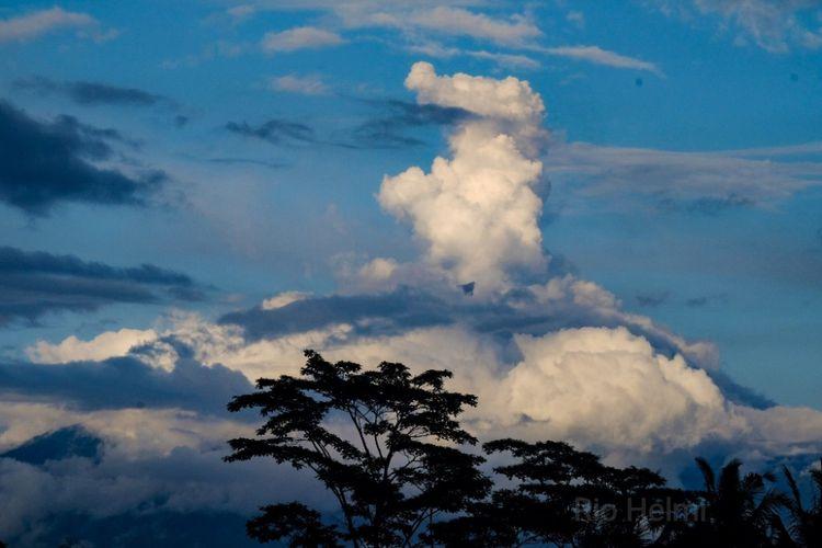 Ilustrasi: Gunung Agung Meletus, Kolom Abu Teramati Hingga 700 Meter