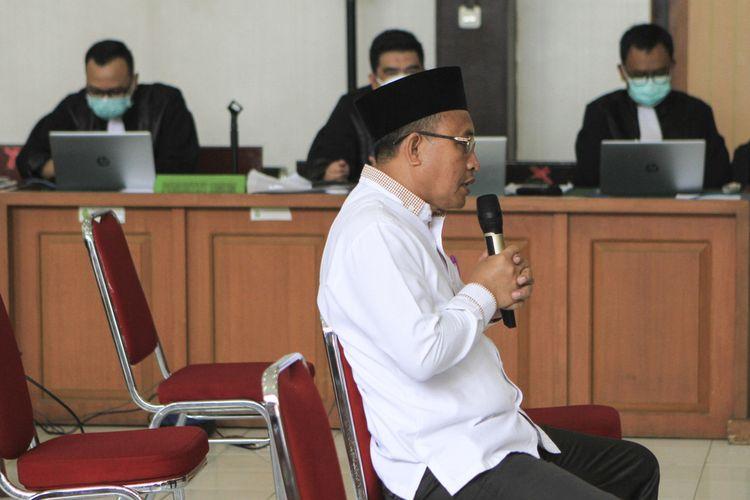 Bupati non-aktif Muara Enim Juarsah saat menjalani sidang dengan agenda keterangan terdakwa di Pengadilan Negeri Palembang, Selasa (28/9/2021).