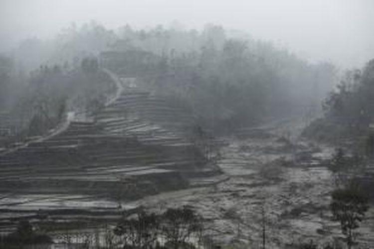 Suasana turunnya lahar hujan yang terjadi di sekitar Desa Pandansari, Ngantang, Malang, Jawa Timur, Selasa (18/2/2014).