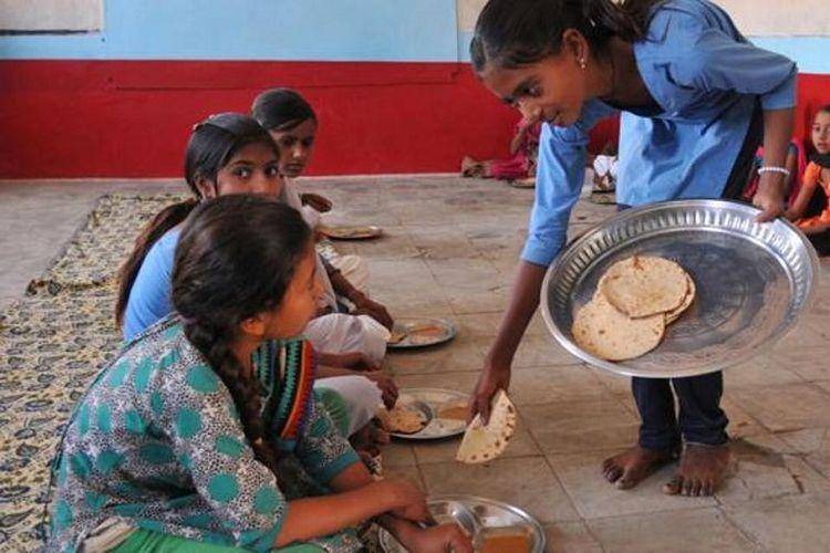 Ilustrasi Makan Siang di Sekolah.