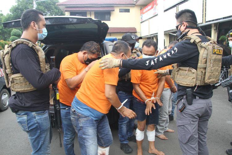 Pelaku pencurian rumah tinggal di Cengkareng yang menyamar menjadi petugas biro pertanahan ketika digiring ke Polres Jakarta Barat, pada Kamis (26/11/2020)