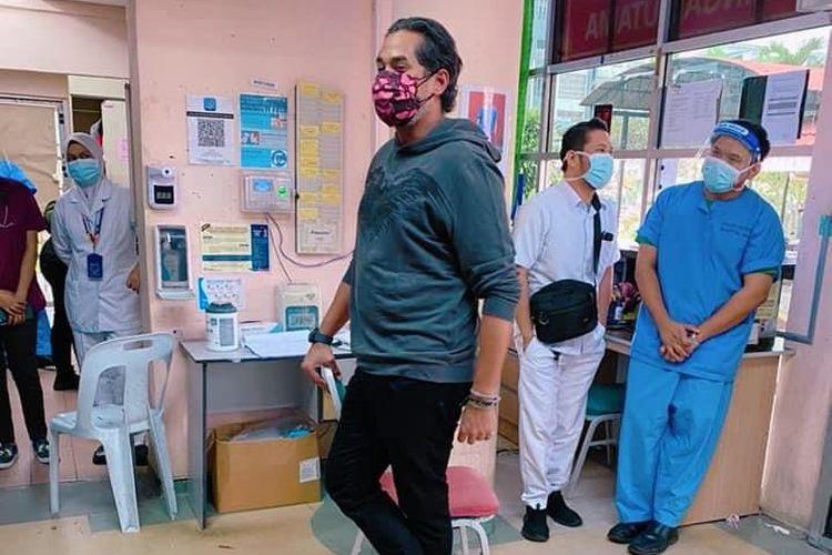 Menteri Kesehatan Malaysia, Khairy Jamaluddin, blusukan ke rumah sakit di Kajang pada Sabtu (18/9/2021). Ia datang tiba-tiba saat akhir pekan, hanya memakai baju biasa, dan tanpa pengawal.