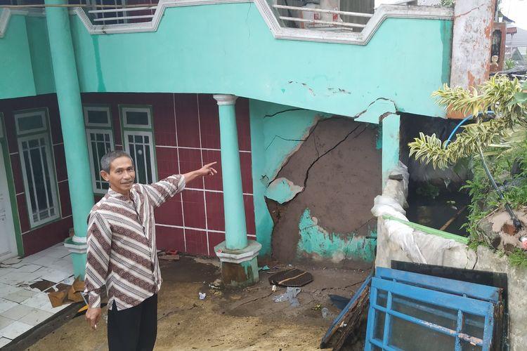 Seorang warga menunjukan tembok yang retak kembali setelah diperbaiki di Kamoung Gunungbatu, Desa Kertaangsana, Kecamatan Nyalindung, Sukabumi, Jawa Barat, Jumat (26/4/2019)