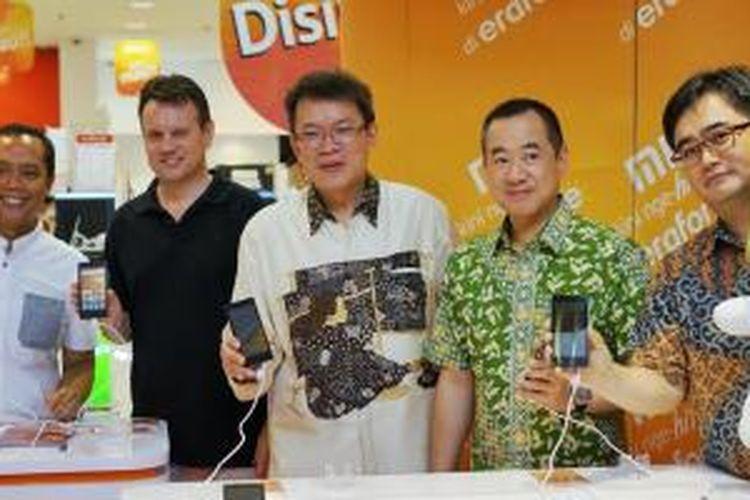 MarComm Director Erajaya Group Djatmiko Wardoyo (paling kiri), GM Xiaomi Asia Tenggara Steve Vickers (kedua dari kiri), CEO Retail Erajaya Group Jeremy Sim (tengah), Presiden Direktur Erajaya Group Budiarto Halim (kedua dari kanan), dan Director Erafone JW Kim (paling kanan) berpose dalam acara pengumuman penjualan produk Xiaomi di gerai Erafone, Jakarta (14/11/2014)