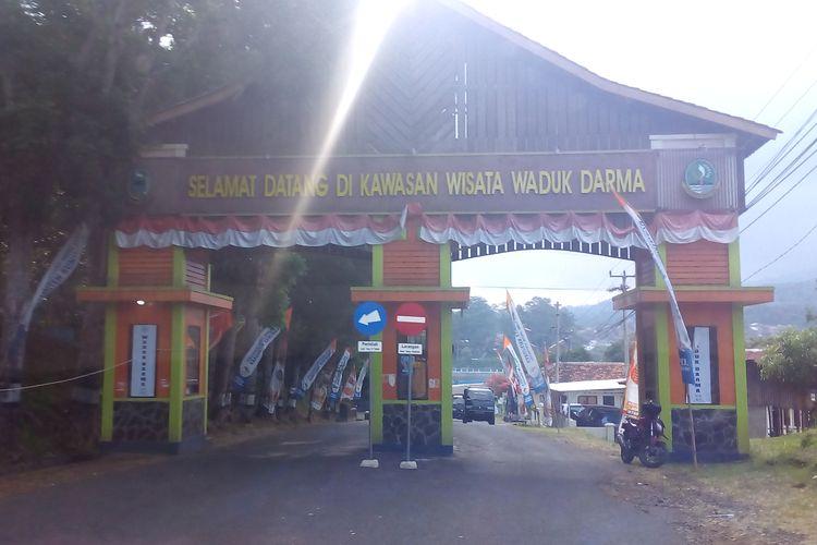 Pintu masuk utama Kawasan Wisata Waduk Darma