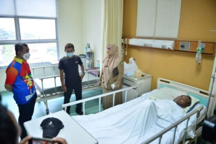 Gubernur Riau Syamsuar membesuk Afrizal (58), pasien RSUD Arifin Achmad Pekanbaru yang menderita sakit strok ringan.