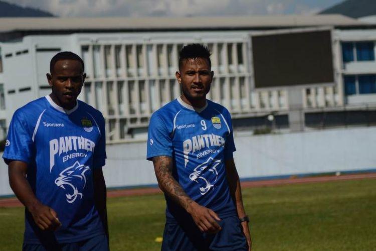 Dua pemain asing seleksi Persib Bandung Joel Vinicius (kiri) dan Wander Luiz (kanan) bergabung untuk kali pertama dalam sesi latihan Persib di Stadion Arcamanik, Kota Bandung, Minggu (12/1/2020).
