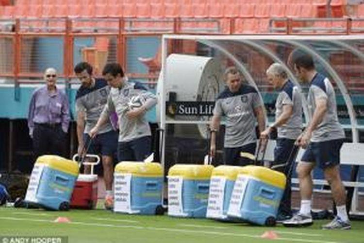 Tim Inggris menyiapkan minuman khusus yang disiapkan dalam cooler box bagi para pemain yang sedang berlatih.