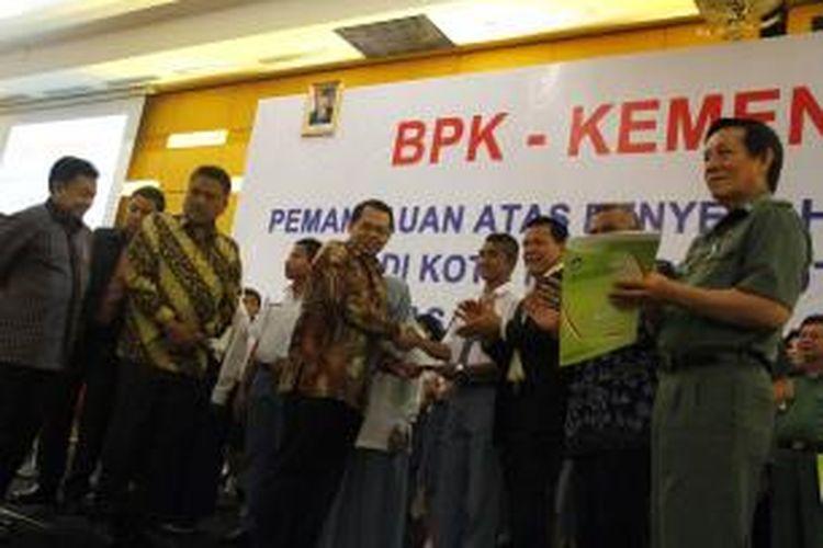 Pemerintah menyerahkan beasiswa bagi 12,6 juta siswa di seluruh Indonesia.